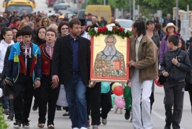 Литийното шествие начело с иконата на Св. Атанасий Велики, дарение от гражданите на Бяла именници на светеца
